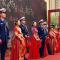 8对新人坐上消防云梯登场,用消防无人机撒喜糖,一起来看武汉消防集体婚礼!