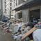 #华商直播帮 我为群众办事#现场直击!西安市雁塔区丈八东路垃圾堆放仨月没清